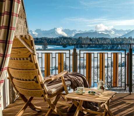 Liege auf Terrasse mit Blick auf die Berge