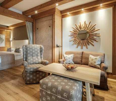 Zimmer mit Bett und Couch