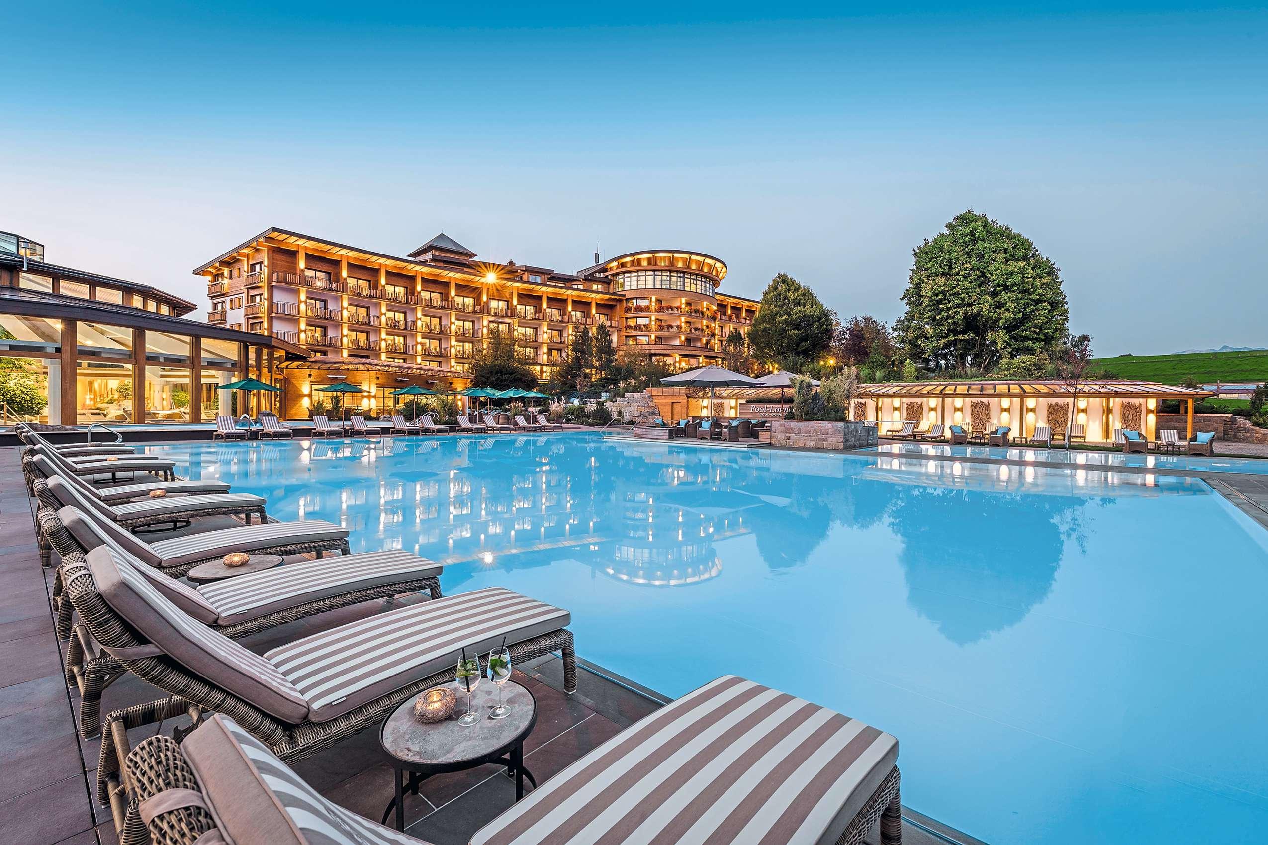 Blick über den Pool auf die Anlage_Sonnenalp_Resort_Ofterschwang