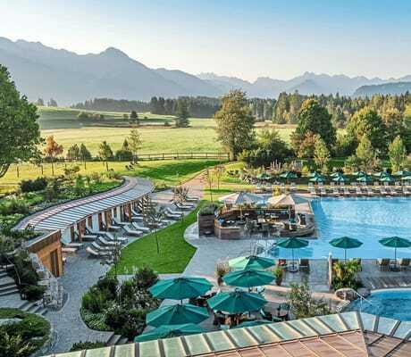 Blick von oben auf die Poolanlage_Sonnenalp_Resort_Ofterschwang