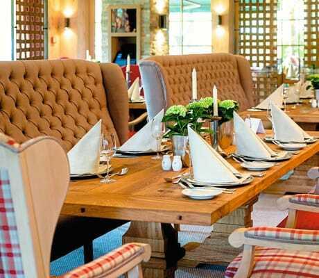 Im Essbereich gedeckte Tische_Sonnenalp_Resort_Ofterschwang