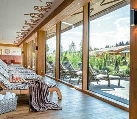 Entspannungsort mit Sicht nach draußen_Sonnenalp_Resort_Ofterschwang