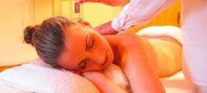 Frau die eine Massage bekommt_Waldeck