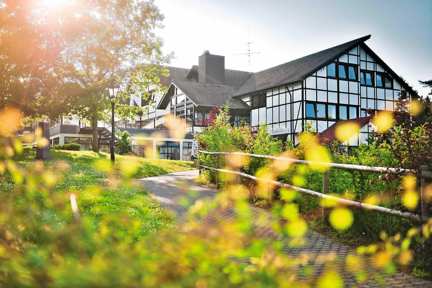 Blick entland eines Weges auf das Haus_Sporthotel_Grafenwald_Baiersbronn