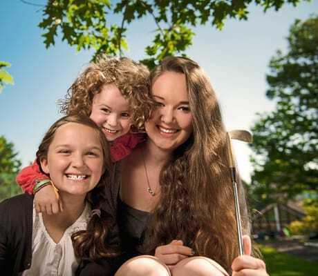 Kinder mit Mutter beim Minigolfen_Sporthotel_Grafenwald_Baiersbronn