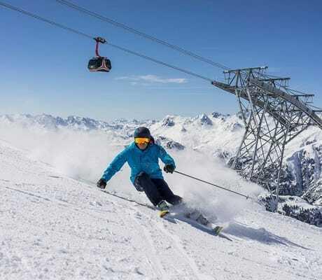 Bei schöner Winterlandschaft Skifahren