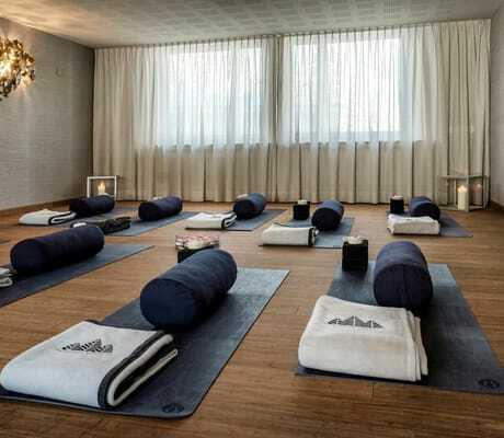 Gymnastikraum mit Yogamatten_Tchuggen