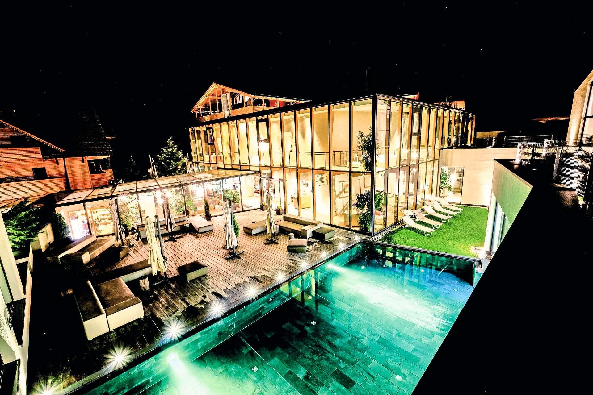 Blich nachts auf das beleuchtete Haus_Ulrichshof_Rimbach