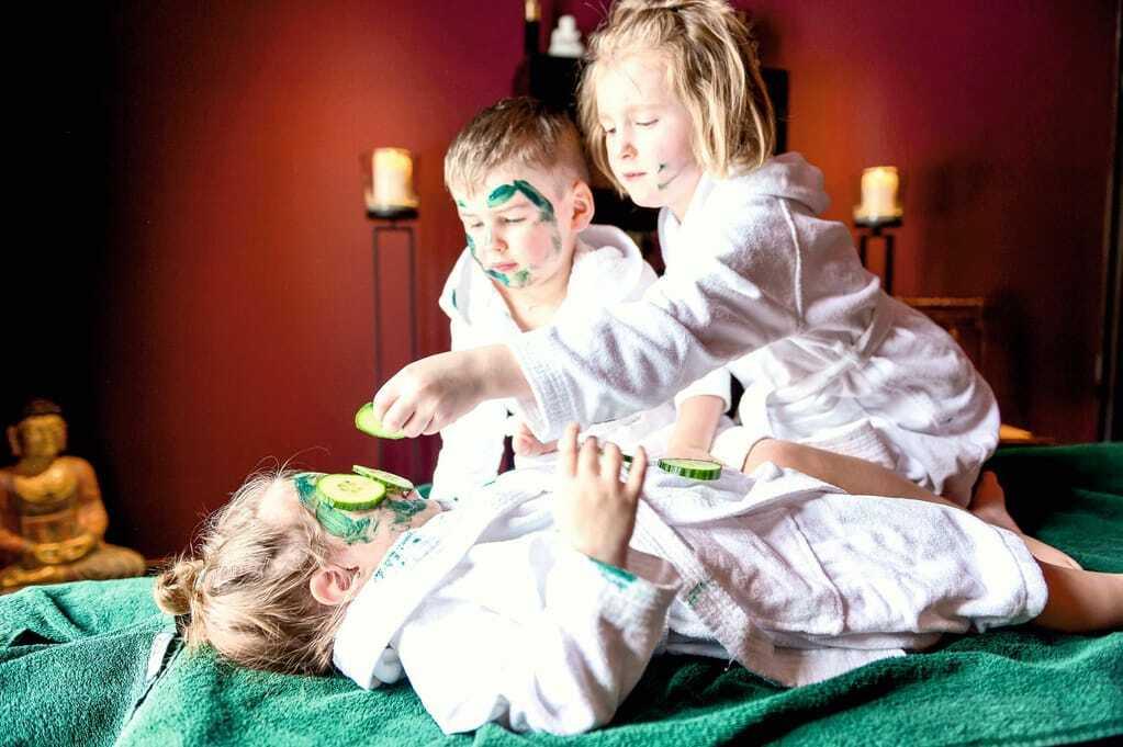 Kinder machen sich gegenseitig Gesichtsmasken_Ulrichshof_Rimbach
