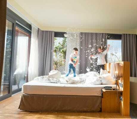 Kinder auf dem Bett in einer Suite_Ulrichshof_Rimbach