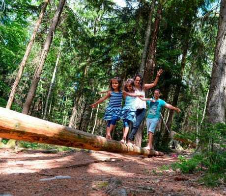 Kinder balancieren auf einem Baumstamm im Wald_Ulrichshof_Rimbach