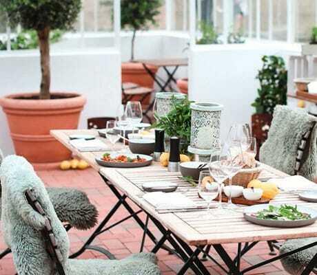 Gedeckter Tisch im Gewaechshaus_Weissenhaus