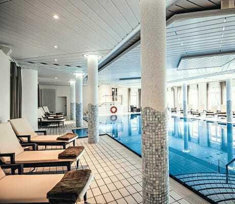 Indoor Pool mit Liegen_HotelBornmühle_GroßNemerow