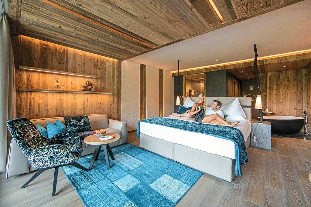 Paar auf dem Bett im Andreus Golf & Spa Resort