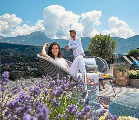 Paar auf der Terrasse im la maiena meran resort
