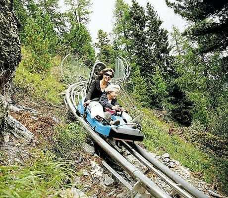 Mutter mit kleiner Tochter bei einer Rodelbahnabfahrt_Hochschober_TurracherHoehe