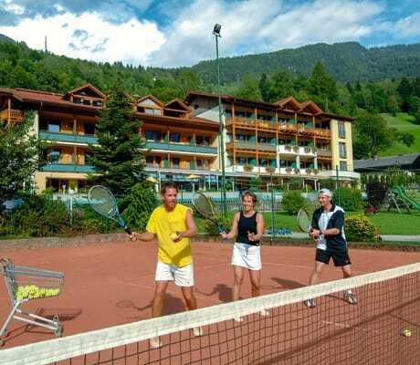 Drei Jugendliche lernen Tennis spielen_Familien_Sporthotel_Brennseehof_Feld_Am_See