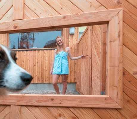 Hund-vor_der-Sauna_Hotel_Almfrieden