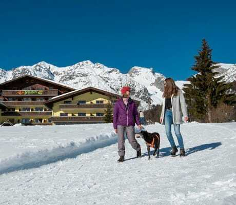 Spaziergang_im_Schnee_Hotel_Almfrieden