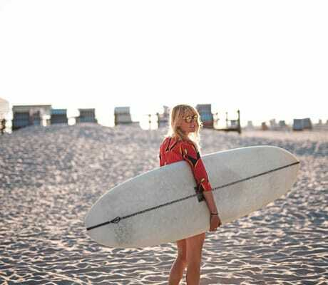 Frau mit Surfbrett am Strand_Beach_Motel_St_Peter_Ording