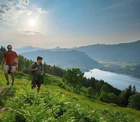 Familie wandert in den Bergen_Das_Walchsee_Sportresort_Walchsee