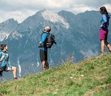 Ein Paar wandert in den Bergen_Hohe_Salve_Sportresort_Waschnig