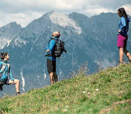 Adults Only Hotels_Drei Erwachsene beim Wandern_Hohe Salve Sportresort