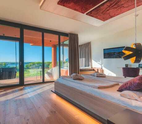 Schlafzimmer_mit_Panoramafenstern_Hotel Bornmühle