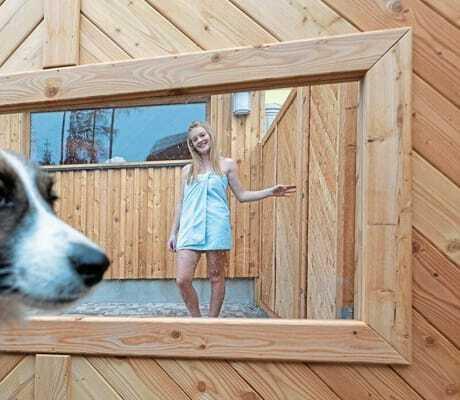 Hund vor der Sauna im Almfrieden Hotel
