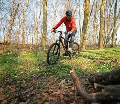 Mann fährt auf einer Waldstrecke Fahrrad_HotelBornmühle_GroßNemerow