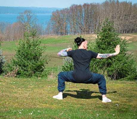 Person macht draußen Yoga_HotelBornmühle_GroßNemerow