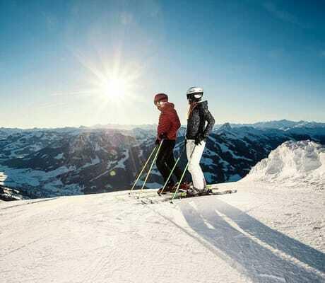 Pärchen beim Skifahren mit schöner Bergkulisse_Hohe_Salve_Sportresort_Waschnig