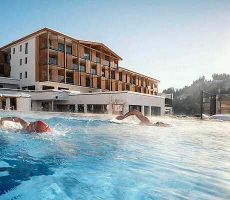 Leute schwimmen im Pool_Hohe_Salve_Sportresort_Waschnig