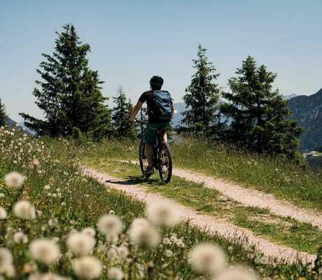 Mann bei einer Fahrradtour in den Bergen_Travel_Charme_Fuersetenhaus_Am_Achensee_Pertisau