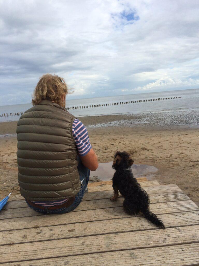 Hundestrände Nordsee_Mann mit Hund blickt aufs Meer