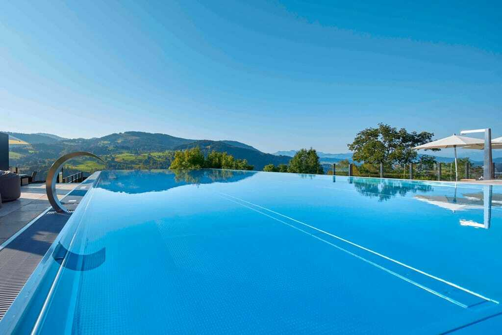 Hotelpool im Sommer mit Blick auf die Berge