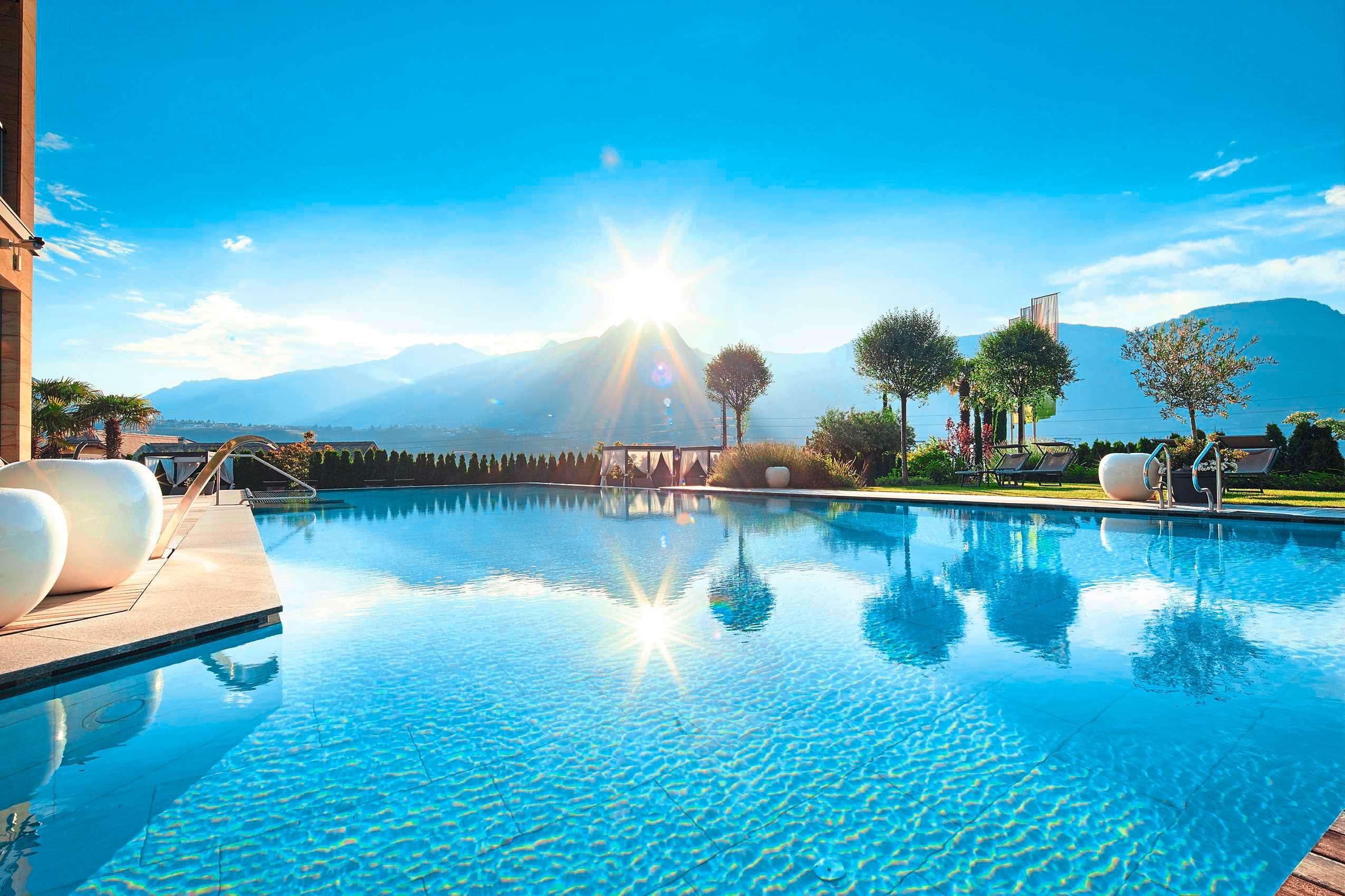 Hotelpool des La Maiena Meran Resort im Sommer