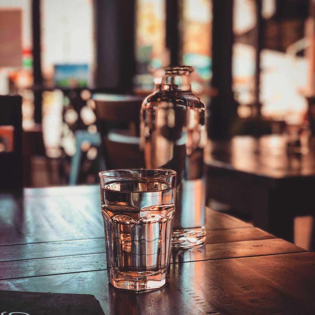 Flasche und Glas Wasser_Brainfood