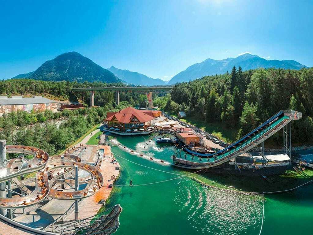 Freizeitpark AREA 47 Wasserpark Rutsche Bergkulisse