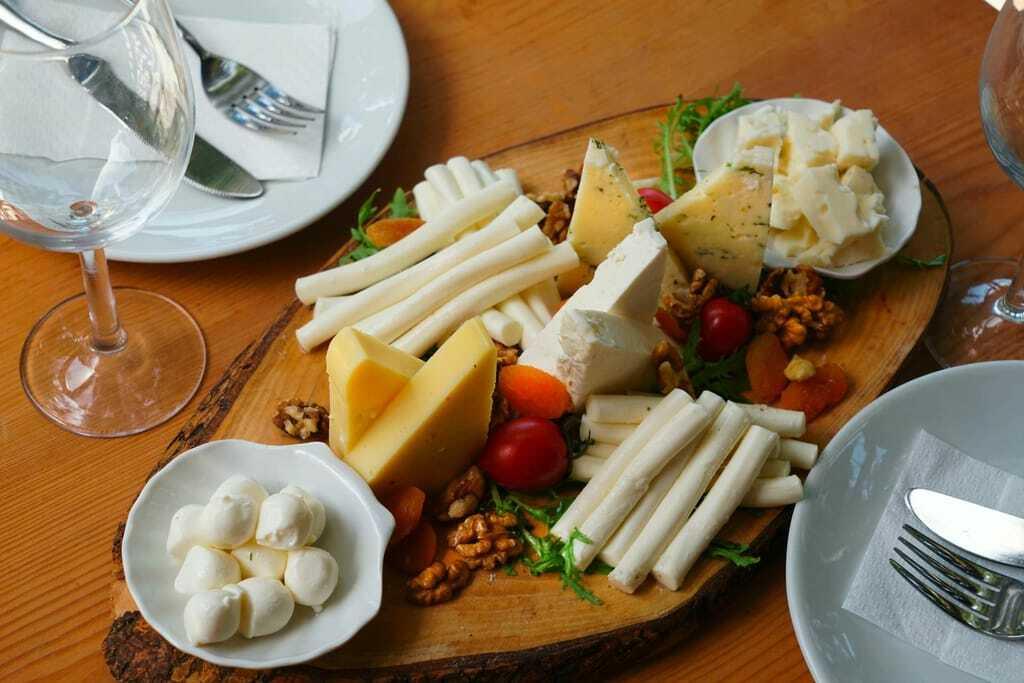 Reiseziele im Oktober Käse Käseplatte Essen Brotzeit
