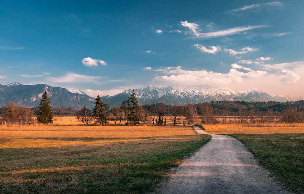 Reiseziele im Oktober Murnauer Moos Landschaft Berge Wald