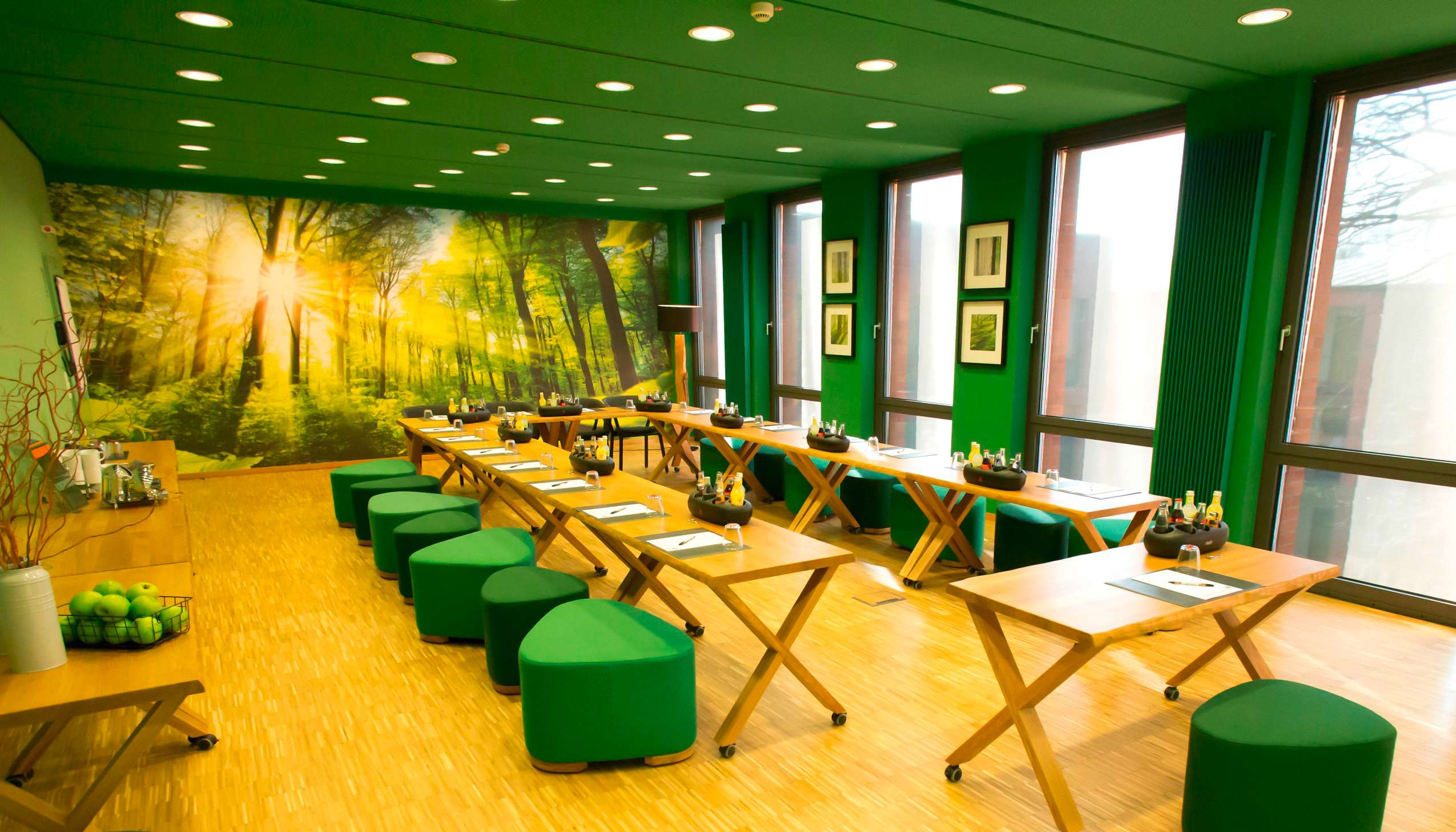 """Tagungsraum """"Wald"""" im Hotel Arcadeon mit grünen Elementen"""