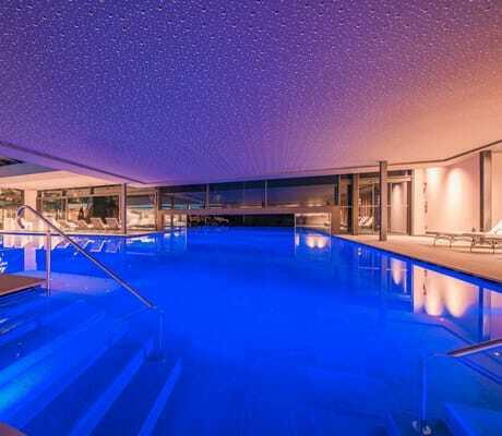Indoorpool mit Sternenhimmel im Hotel Weinegg