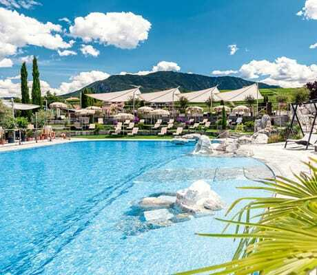 Outdoorpool mit Karibikstrand im Hotel Weinegg