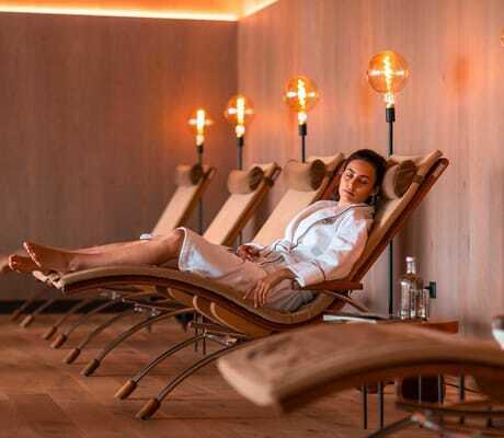 Frau in bademantel im Ruheraum des Hotel Weinegg