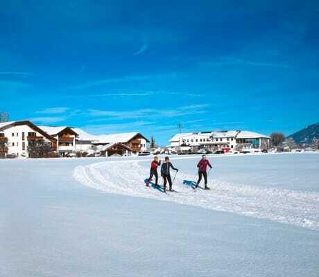 Schneelandschaft vor dem Hotel Sommer mit Skifahrern