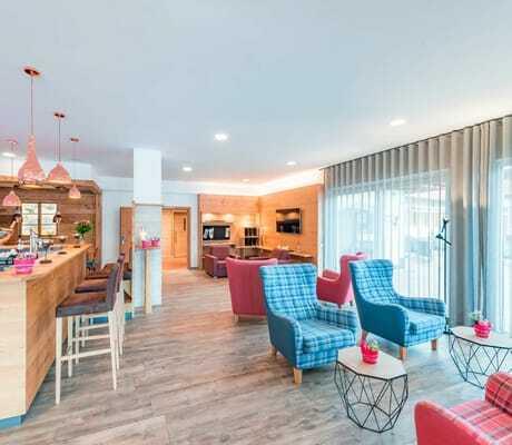 Lobby mit bunten Sesseln Hotel zum Gourmet