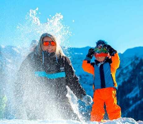 Familie spielt im Schnee_Kleinwalsertaler_Rosenhof_Mittelberg
