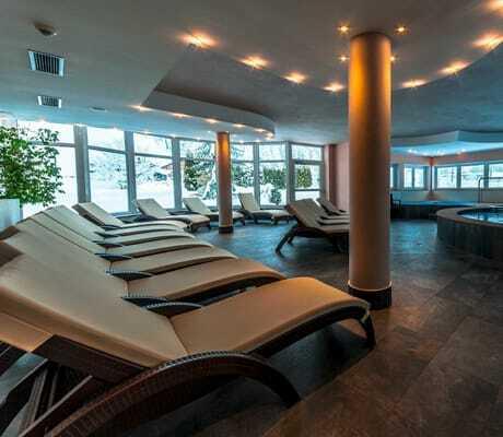 Spa-Bereich mit Pool und Liegen_HotelAlpin_Gossensass