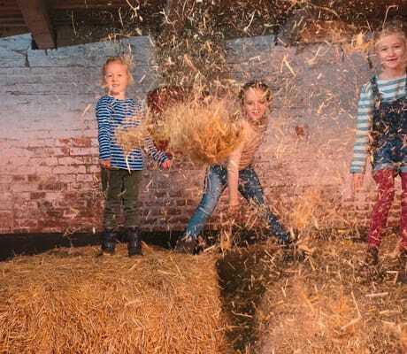 Kinder spielen in der Strohscheune_Landhaus_Averbeck_Bergen